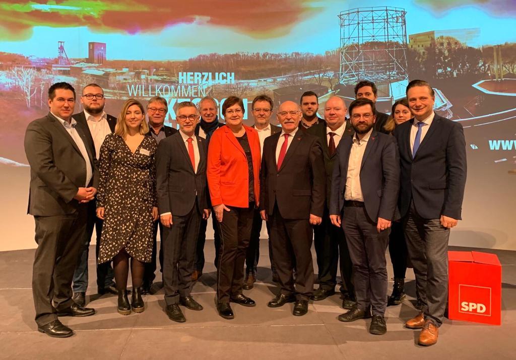 Mitglieder des DGB-Stadtverband (angeführt von Dieter Hillebrand), SPD -Vorstand und Karla Geiß-Netthöfel ( in der Mitte)