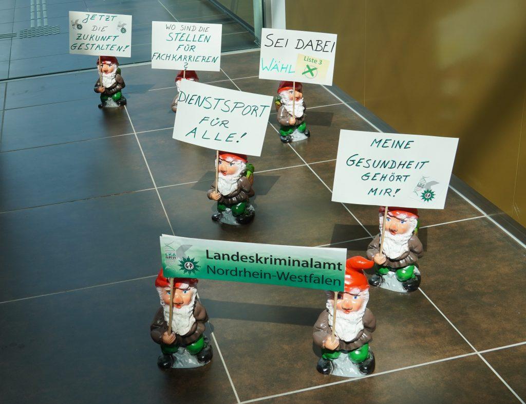 sieben Zwerge demonstrieren im Foyer des LKA NRW
