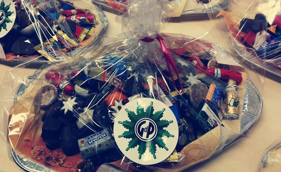 Weihnachtsteller der Gdp mit vielen leckeren Sachen steht in Folie verpackt auf den Tischj