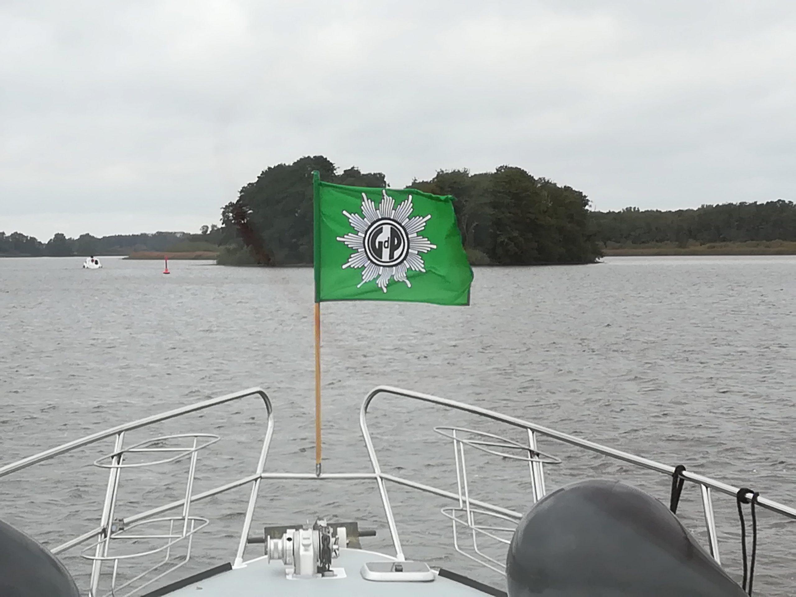 Boot mit GdP Fahn auf der See